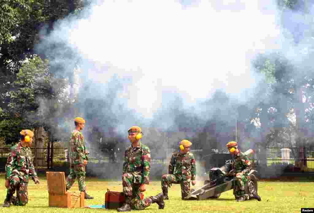 تمرین سربازان اندونزی برای مراسم استقبال از شینزو آبه نخست وزیر ژاپن.