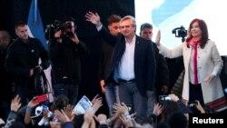 El candidato presidencial Alberto Fernández, de la Unidad Ciudadana, saluda a sus simpatizantes, junto a su candidata a vicepresidente , la expresidenta de Argentina, Cristina Fernández de Kirchner, durante un mitin en Merlo, Buenos Aires, Argentina, el 25 de mayo de 2019.