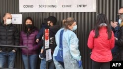 Warga Australia antre untuk menjalani tes Covid-19 di Royal Melbourne Hospital, Australia (foto: ilustrasi).