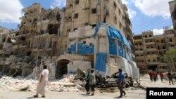 在叙利亚反政府组织占领的阿勒颇市,人们在检查空袭中受袭的一所医院。(2016年4月28日)