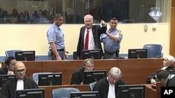 Kepala militer Serbia Bosnia Ratko Mladic saat melampiaskan emosi kemarahannya di Pengadilan Kejahatan Perang Yugoslavia di Den Haag, Belanda, 22 November 2017. (ICTY via AP)