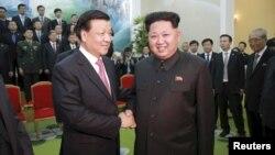 Lãnh đạo Triều Tiên Kim Jong Un và chính khách cao cấp của Đảng Cộng sản Trung Quốc Lưu Vân Sơn tại Bình Nhưỡng, ngày 10/10/2015.