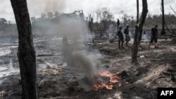 Des membres de l'Opération Delta Safe traversent une raffinerie de pétrole illégale détruite dans la région du delta du Niger, Nigeria, 19 avril 2017.