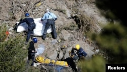 Rescatistas cubren los cadáveres de las víctimas del choque del avión de Germanwings que se estrelló en los Alpes franceses.