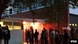 维州罗斯林市的选民排队投票
