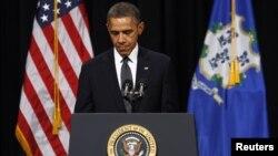 美国总统奥巴马2012年12月16日在康涅狄克州纽敦发生校园枪击案的桑迪.胡克小学为遇难者的家属举行的悼念死者烛光晚会发表讲话