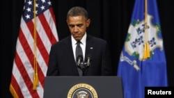 ປະທານາທິບໍດີ ສະຫະລັດ ທ່ານ Barack Obama ກ່າວໄວ້ອາ ໄລ ຢູ່ໂຮງຮຽນມັດທະຍົມ Newtown ໃນພິທີໄວ້ອາໄລແກ່ ພວກໄດ້ຮັບເຄາະ ຈາກການສັງຫານໝູ່ ທີ່ໂຮງຮຽນປະຖົມ Sandy Hook.