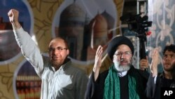 Kandidat presiden presiden Iran Ebrahim Raisi (kanan) didampingi oleh Walikota Teheran Mohammad Bagher Qalibaf, melambaikan tangan ke arah pendukungnya setibanya di sebuah kampanye menjelang pemilu 9 Mei di Masjid Agung Imam Khomeini di Teheran, Iran. (AP Photo/Vahid Salemi).