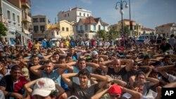 难民和移民在希腊莱斯沃斯岛的米蒂利尼港举行示威,要求当地有关部门加快注册与发放旅行文件的程序(2015年9月7日)