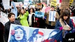 Người biểu tình phản đối Bộ trưởng Tư pháp Mỹ Jeff Sessions ở Sacramento, California, ngày 7 tháng 3, 2018.