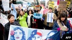 7일 제프 세션스 법무장관이 캘리포니아 새크라멘토에서 법 집행 당국자들에게 이번 소송을 설명하는 가운데, 시민들이 연설장 밖에서 시위하고 있다.