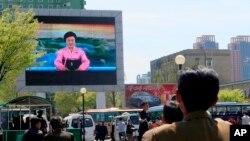 Dân Triểu Tiên theo dõi tin tức khi xướng ngôn viên nổi tiếng nhất nước loan báo lãnh tụ Kim Jong UN đề nghị ngưng thử nghiệm hạt nhân và phi đạn đạn đạo hôm thứ Bảy 21/4/2018. (AP Photo/Cha Song Ho)