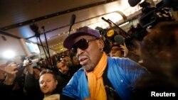 Mantan bintang bola basket AS Dennis Rodman dikelilingi wartawan saat tiba dari Pyongyang di Beijing (13/1). (Reuters/Kim Kyung-Hoon)