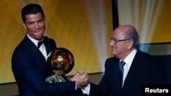 Cristiano Ronaldo recevant le ballon d'Or 2014 des mains de Sepp Blatter , Zurich le 12 janvier 2015