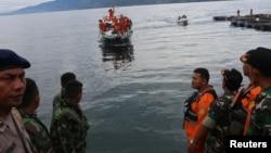 印尼當局派出搜救人員在塔巴湖尋找沉沒渡輪。