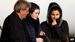 시리아에서 이슬람 무장단체에 납치됐던 이탈리아 구호단체 요원 그레타 라멜리 씨(가운데)와 바네사 마르줄로 씨(오른쪽)가 16일 석방돼 로마 공항에 도착했다.