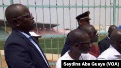 Mbaye Jacques Diop, Conseiller technique au ministère des sports, centre, à côté du ministre des Sports Matar Ba, à gauche, en visite d'inspection au Stade Demba Diop, Dakar, samedi 14 octobre 2017. (VOA/Seydina Aba Gueye)
