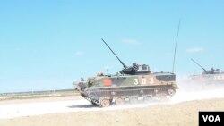中国空降部队装甲战车去年8月在俄罗斯梁赞州参加军事比赛。