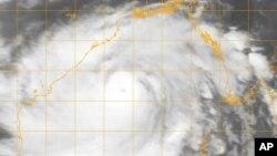 Le cyclone Phailin se rapprochant de la côte du golfe du Bengale