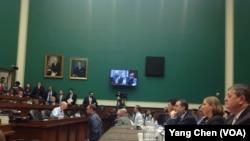 美国众议院奥巴马医保网站听证会(美国之音杨晨拍摄)