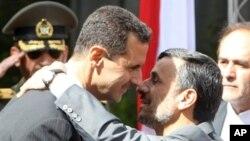 ایرانی صدر احمدی نژاد شام کے صدر بشار الاسد کو خوش آمدید کہہ رہے ہیں