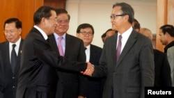 Thủ tướng Campuchia Hun Sen (trái) bắt tay với ông Sam Rainsy sau một cuộc họp tại Quốc hội Campuchia, ngày 16 tháng 9, 2013.