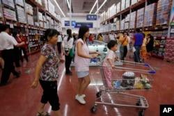 """顾客们在广州的沃尔玛商店。中国人的""""三观""""包括价值观"""