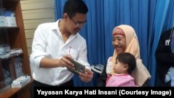 Drg. Franciskus W. Praba dari Yayasan Karya Hati Insani bersama pasien dan keluarga.