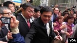 台湾的国民党副主席郝龙斌与台北民众(美国之音许波拍摄)。