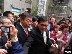无党籍台北新任市长柯文哲(右二)就职典礼后送别国民党籍离任市长郝龙斌(右一)(美国之音许波拍摄)