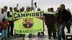 Des supporters de Barcelone arborent une banderole de leur équipe près de la Tour Eiffel à Paris, France, 17 mai 2006.