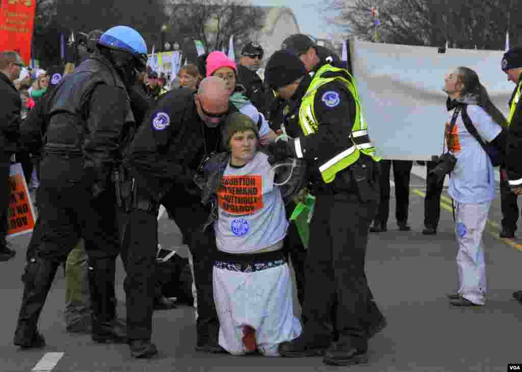 Задержание активистов за незаконное перекрытие улицы