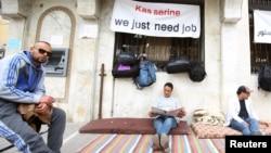 """Dans une rue de Kasserine, où une affiche dit """"Kasserine, nous avons besoin de travail"""", en Tunisie, le 1er avril 2016."""