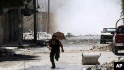 ຊາຍຜູ້ນຶ່ງໄປຊອກບ່ອນລີ້ ໃນຂະນະທີ່ມີການປະທະກັນລະຫວ່າງພວກນັກສູ້ຈາກອງທັບປົດປ່ອຍ ຊີເຣຍ ແລະ ທະຫານຂອງກອງທັບຊີເຣຍ ທີ່ຄຸ້ມ Salah al-Din ໃຈກາງຂອງເມືອງ Aleppo ໃນວັນທີ 4 ສິງຫາ, 2012