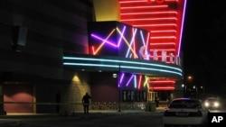 Cảnh sát bên ngoài rạp chiếu phim Thế kỷ 16, nơi 14 người bị bắn chết và nhiều người bị thương trong buổi công chiếu bộ phim Batman (Người Dơi) ở Aurora, Colorado, ngày 20/7/2012