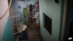 Un trabajador municipal fumiga un barrio de Recibe en el estado de Pernanbuco, el mayor infestado con el mosquito Aedes aegypti, que transmite el dengue, el Zika y Chikunguya.