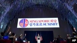 Mike Pompeo falando à imprensa, Singapura.