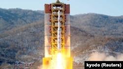 這張日本共同社發表的照片顯示朝鮮遠程火箭從西海發射場升空。 (2016年2月7日)