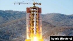 Một phi đạn tầm xa của Triều Tiên được phóng lên tại địa điểm phóng tên lửa Sohae, Bắc Triều Tiên ngày 7/2/2016. Ảnh: Kyodo.