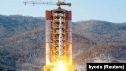 Peluncuran roket jarak jauh Korea Utara hari Minggu (7/2).