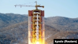 这张日本共同社发表的照片显示朝鲜远程火箭从西海发射场升空。(2016年2月7日)