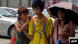 酷暑中的北京一家人吃冰淇淋降温