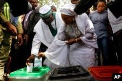 Atiku Abubakar vota em Yola, Estado de Adamawa, 23 de Fevereiro.