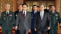 از چپ: رییس جمهوری کره جنوبی به همراه کیم کوان - جین، وزیر جدید دفاع کره جنوبی