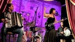 突尼斯音乐家用歌声唱出自由