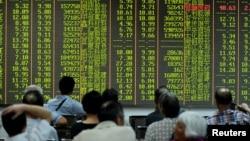 25일 중국 저장성 항저우 시 증권거래소에서 투자가들이 증시 변동상황을 지켜보고 있다.
