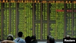Saham-saham di China pada indeks Shanghai mengalami penurunan sekitar 4 persen hari Selasa (25/8).