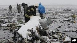 Personal de emergencia ruso investiga los restos del avión que se estrelló en el aeropuerto de Rostov-on-Don, Rusia, el sábado, 19 de marzo de 2016.