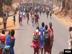 Protesting students march in the street in support of teachers on strike in Lilongwe, Malawi, Sept. 14, 2016. (L. Masina/VOA)