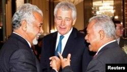 Thủ tướng Đông Timor Xanana Gusmao (trái) nói chuyện với Bộ trưởng Quốc phòng Indonesia Purnomo Yusgiantoro và Bộ trưởng Quốc phòng Mỹ Chuck Hagel tại cuộc Đối thoại Shangri-La, Singapore, 31/5/2013